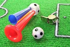 Claxon del fútbol con el balompié imagen de archivo