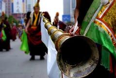 Claxon largo del soplo tibetano del lama Imagen de archivo libre de regalías