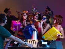 Claxones paty que soplan en DJ fotografía de archivo