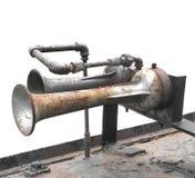 Claxones viejos del aire de motor del tren aislados foto de archivo