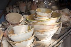 Clay Bowls hecho a mano en un mercado en Marruecos imagenes de archivo