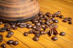 Clay Cezve Kaffeebohnen auf der hölzernen Tabelle Lizenzfreie Stockfotografie