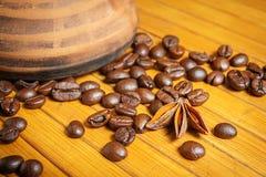 Clay Cezve Kaffeebohnen auf der hölzernen Tabelle Lizenzfreie Stockfotos