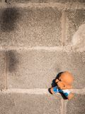 Clay Doll Boy Climbing sur un mur de briques photo stock