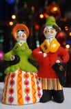 Clay Dymkovo-stuk speelgoed op de achtergrond van Kerstmislichten Royalty-vrije Stock Foto's