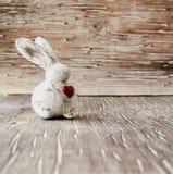 Clay Easter-konijntje op een houten lijst stock foto's