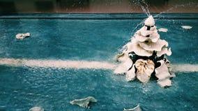 Clay Flower-Brunnen auf dem Pool mit Wasserspritzen Lizenzfreies Stockfoto