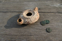 Clay Lamp con Roman Coins Fotografie Stock