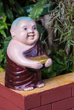 Clay Monk Happy Statues, stile tailandese fotografie stock