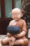 Clay Monk Statues sulla meditazione Immagine Stock