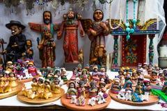 Clay Nativity voor verkoop wordt geplaatst die royalty-vrije stock afbeeldingen