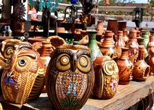 Clay Owls och annan krukmakeri arkivfoto