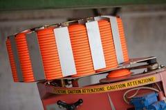 Clay Pigeon Thrower à la chaîne de fusil de chasse remplie de cibles oranges - soucoupe photos libres de droits