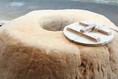 Clay Pit con la tapa de madera de la edad de bronce Fotos de archivo libres de regalías