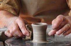 Clay Pot en una rueda de alfareros. Fotos de archivo libres de regalías