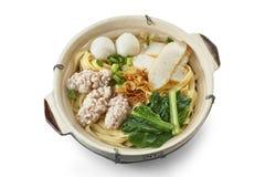 Clay Pot Flat Noodle Soup com ingredientes cozinhados foto de stock royalty free