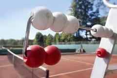 Clay& rojo x27; campo de tenis de s con la red Foto de archivo libre de regalías