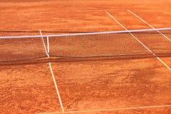 Clay Tennis Court y red vacíos Fotos de archivo libres de regalías