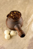 Clay Turk avec des sucreries de noix de coco Photographie stock libre de droits