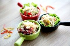 Claypot de salade colorée sur la table en bois dans le restaurant photos stock