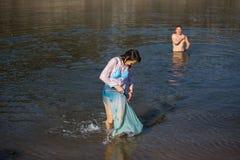 Célébration du baptême de Jésus et de l'épiphanie se baignant en rivière de Douro dans la paroisse de l'église orthodoxe russe Images libres de droits