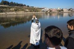 Célébration du baptême de Jésus et de l'épiphanie se baignant en rivière de Douro dans la paroisse de l'église orthodoxe russe Image libre de droits
