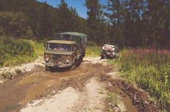 Cle potente pesante di vehi del camion-terreno con le ruote fuori strada Immagini Stock Libere da Diritti