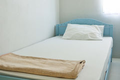 Clean bed in room Royalty Free Stock Photography