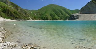 Free Clean Water Of The High-mountain Lake Kezenoi Am In Botlikh District Of The Republic Of Dagestan. Lush Greenery Covers The Slopes Stock Photography - 152043412