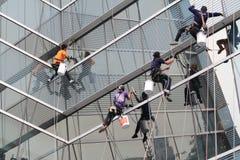 Cleane di vetro della gente Fotografia Stock Libera da Diritti