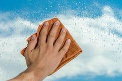 Cleaner czyści okno z cleaning agentem zdjęcie royalty free