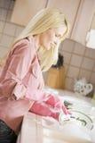 cleaning besegrar kvinnan royaltyfri bild