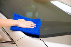 Cleaning car glass Royalty Free Stock Images