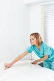 Cleaning damy odmieniania prześcieradła w łóżku zdjęcie royalty free