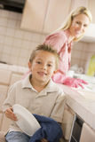 cleaning dishes mother son Στοκ φωτογραφία με δικαίωμα ελεύθερης χρήσης