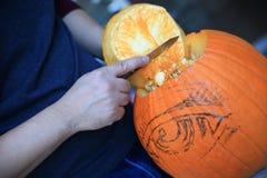 Cleaning dyniowy dekiel przy Halloween zdjęcia stock