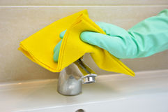 Cleaning the faucet Royalty Free Stock Photos