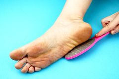 Cleaning foot feet with a saw or brush. Cleaning the feet of the fungus. Cleaning the feet of the fungus. Cleaning foot feet with a saw or brush stock image