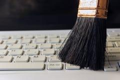 Cleaning klawiatura od pyłu czerni muśnięciem cleaning pojęcia dishwashing ciecza gąbki Se Zdjęcia Stock