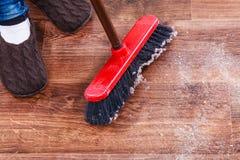 Cleaning kobiety ogólna drewniana podłoga Fotografia Stock