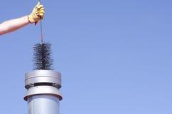 Cleaning komin z wymiatacza nieba tłem Obrazy Royalty Free