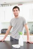 cleaning kuchennego mężczyzna nowożytni potomstwa Obraz Royalty Free