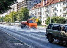 Cleaning maszynowy domycie miasto asfaltowa droga z wodną kiścią Zdjęcia Royalty Free