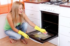 Cleaning the oven Royalty Free Stock Photos