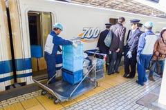 Cleaning personel na taborowym czekaniu dla Shinkansen pociska pociągu obrazy stock