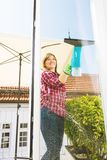 cleaning pojęcia dishwashing ciecza gąbki Młodej kobiety płuczkowy okno, zakończenie w górę obraz stock