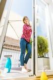 cleaning pojęcia dishwashing ciecza gąbki Młodej kobiety płuczkowy okno, zakończenie w górę obrazy stock