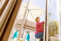 cleaning pojęcia dishwashing ciecza gąbki Młodej kobiety płuczkowy okno, zakończenie w górę obrazy royalty free