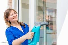 cleaning pojęcia dishwashing ciecza gąbki Młodej kobiety płuczkowy okno, zakończenie w górę obraz royalty free