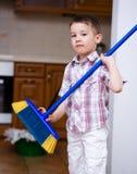 cleaning Pojke som gör hushållsarbete Royaltyfria Bilder